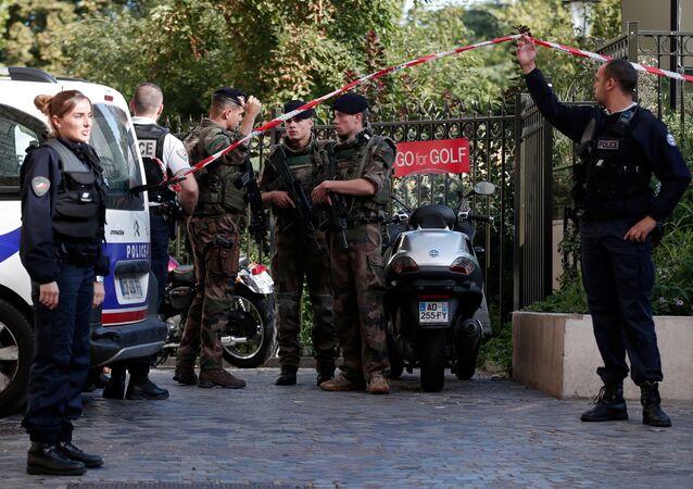 Paris'te Levallois-Perret'de bir araç askerlerin arasına daldı