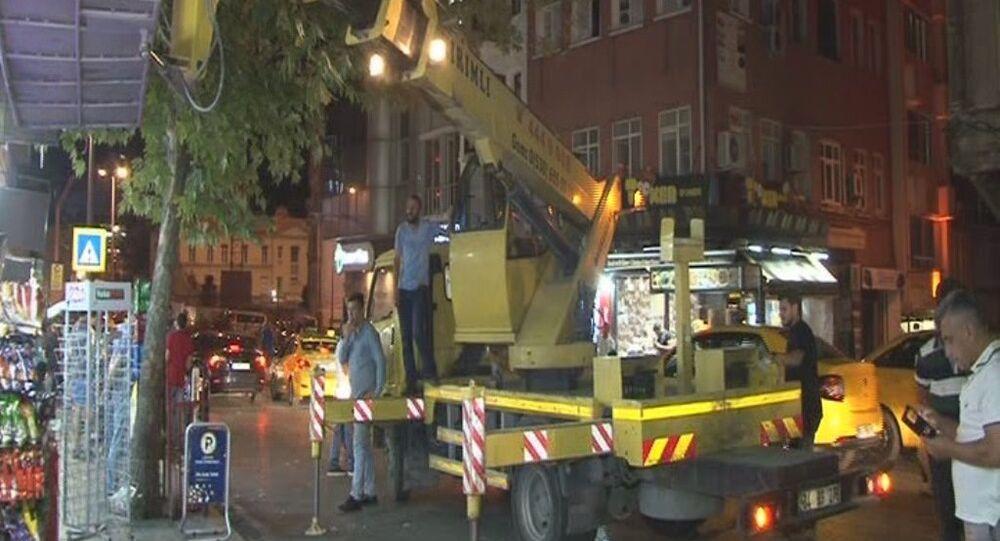 Beyoğlu'da gece yarısı led ışıklı tabela operasyonu