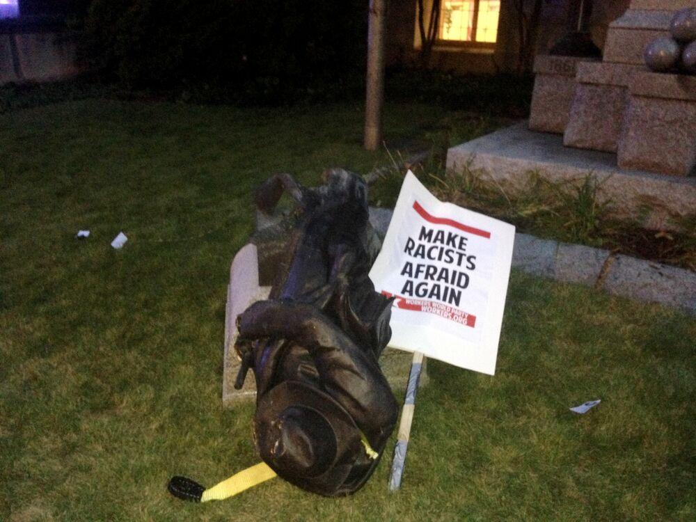 Mahkeme bahçesindeki heykele ip bağlayarak deviren eylemciler, parçalara ayırmadan önce heykeli tekmeledi ve üzerine çıkarak tepindi. Charlottesville'deki ırkçı eylemi başlatan olay konfederasyon generali Robert E. Lee'nin heykelinin kent yönetimince kaldırılması planı olmuştu.
