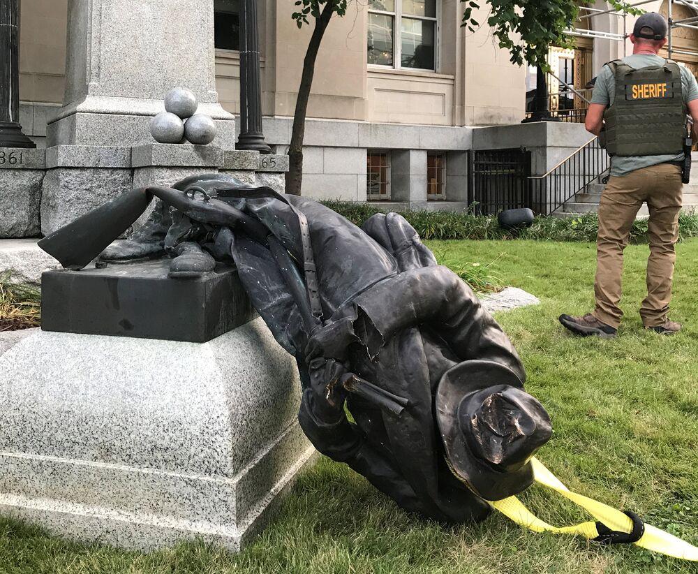 Charlottesville'de ırkçılara karşı eylem yapan göstericiler de sokağa çıkınca ülkeyi sarsan saldırı gerçekleşmişti.  Irkçılık karşıtlarının arasına aracıyla dalan 20 yaşındaki Nazi sempatizanı 1 kişiyi öldürmüş, yaklaşık 20 kişiyi de yaralamıştı.