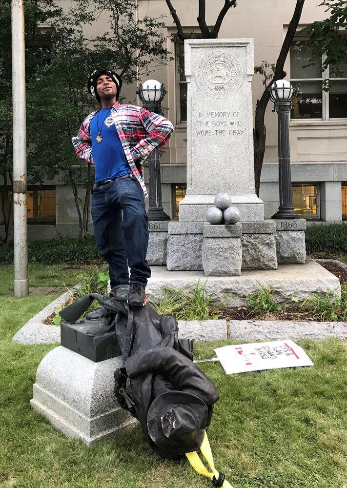 North Carolina Valisi Roy Cooper Twitter'dan paylaştığı mesajında Charlottesville'deki ırkçılık ve ölümcül şiddet kabul edilemez ancak bu anıtları kaldırmanın daha iyi yolları var dedi.