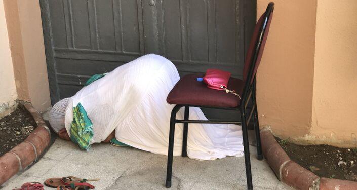 Kumkapı'daki Meryem Ana Kilisesi'nde Etiyopyalılara hediye edilen bölüm kadınlar ibadet ederken.