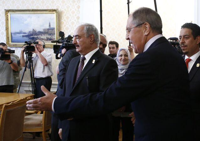 Rusya Dışişleri Bakanı Sergey Lavrov ve  Libya Ulusal Ordusu komutanı Mareşal Halife Hafter