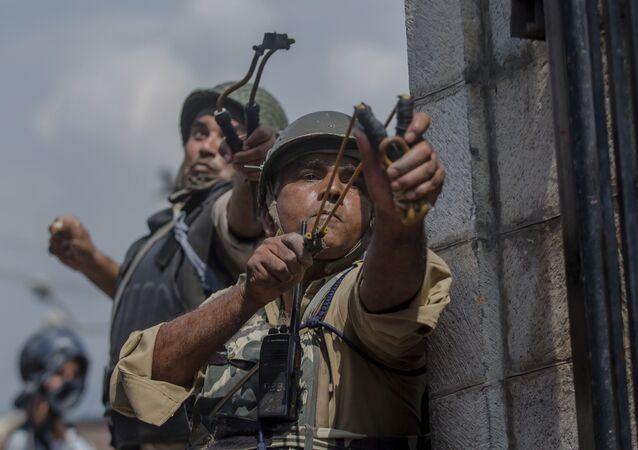 Hindistan'da askerler, göstericilere taşla karşılık verdi