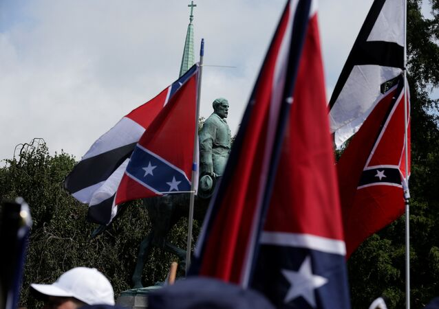 Konfederasyon Generali  Robert E. Lee'nin heykeli- Charlottesville