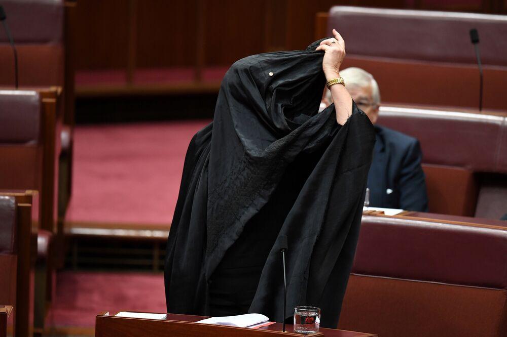 Muhalefet partisinin lideri Senatör Penny Wong da  Bir dini giysiyi dürüstçe inancı için giymek başka, Senato'da gösteri amacıyla giymek başka ifadelerini kullandı. İran doğumlu bir Müslüman olan muhalefet partisi senatörü Sam Dastyari de Burada Senatör Hanson tarafından yapılan gösterilerin gösterisine tanık olduk. 500 bine yakın Avustralyalı Müslüman hedef gösterilmeyi, marjinalize edilmeyi, aşağılanmayı ve umutsuz bir siyasi partinin umutsuz lideri tarafından inançlarının bir siyasi amaç haline getirilmesini hak etmiyor dedi.