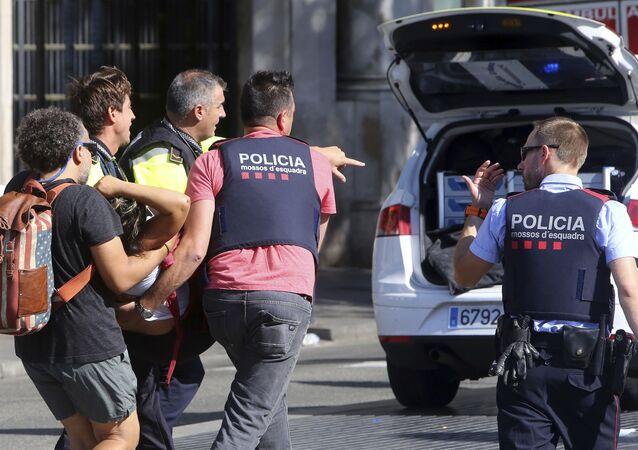 Полиция на месте наезда автомобиля на людей в Барселоне, Испания