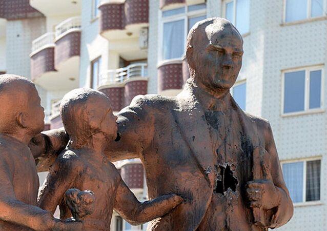 Diyarbakır'da Atatürk heykeline çekiçli saldırı