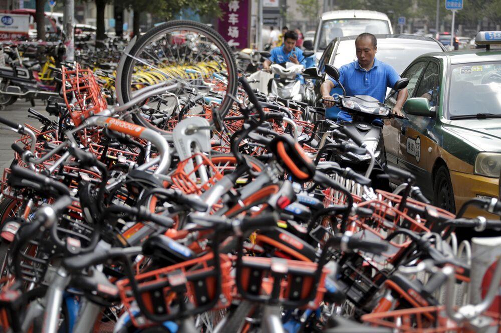 Bisiklet paylaşımı sistemleri Çin'in büyük şehirlerindeki ulaşımı kolaylaştırırken, aynı zamanda kaldırımları bloke ediyor.