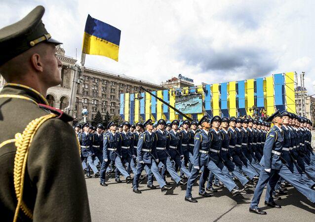 Ukrayna askerleri Kiev'de düzenlenen bağımsızlık günü geçidinde.