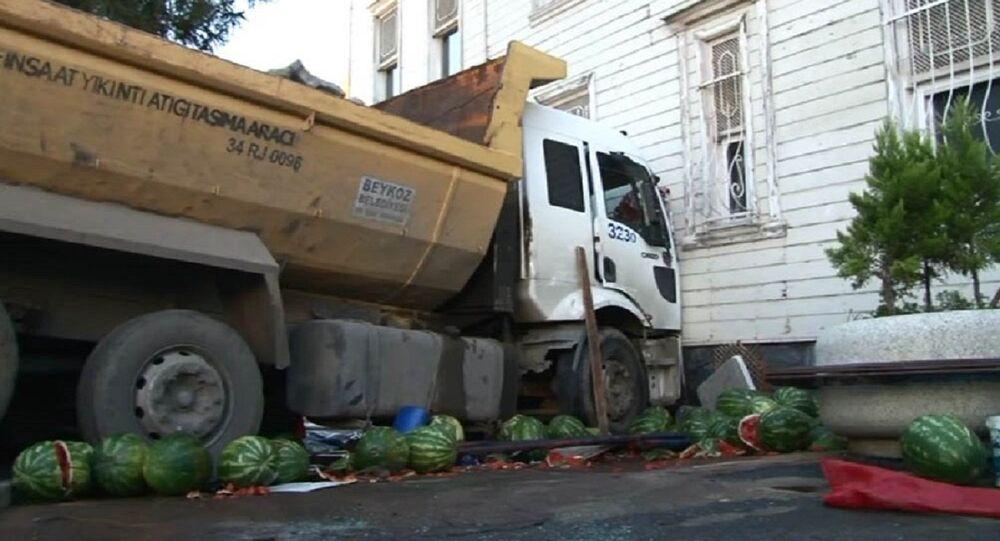 Hafriyat kamyonu Ahmet Mithat Efendi Yalısı'na çarptı