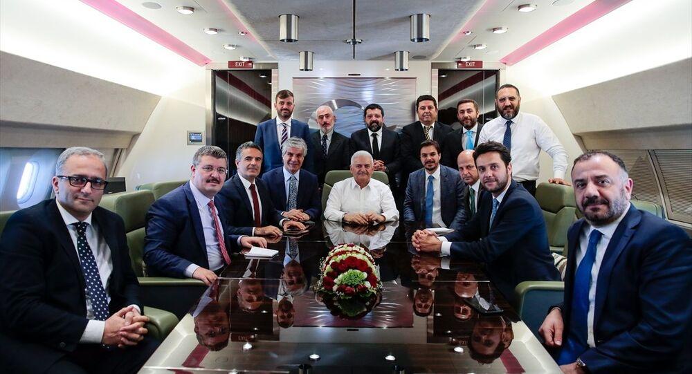 Başbakan Binali Yıldırım uçakta gazetecilerle