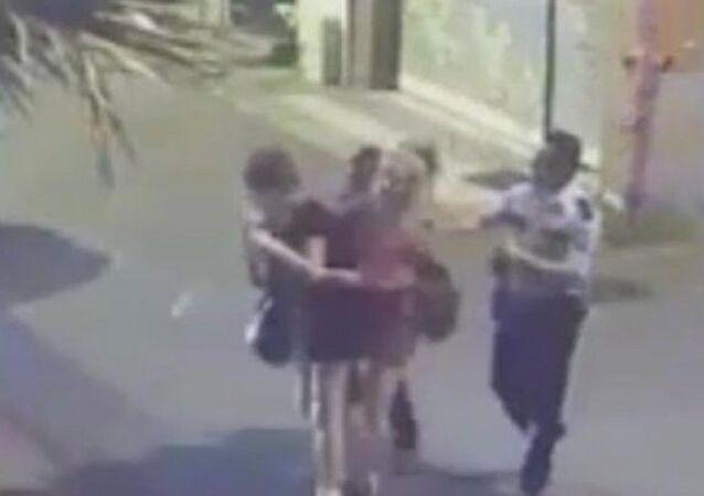 Tacize uğrayan kadınları döven polis