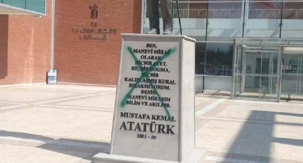 Eskişehir'de Atatürk heykeline sprey boyalı saldırı