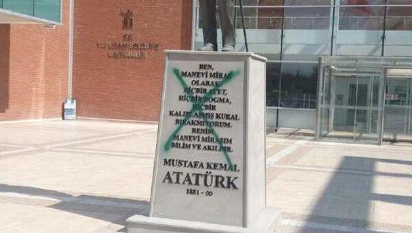 Eskişehir'de Atatürk heykeline sprey boyalı saldırı - Sputnik Türkiye