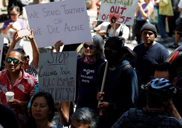 San Francisco'da ırkçılar ve Trump protesto edildi