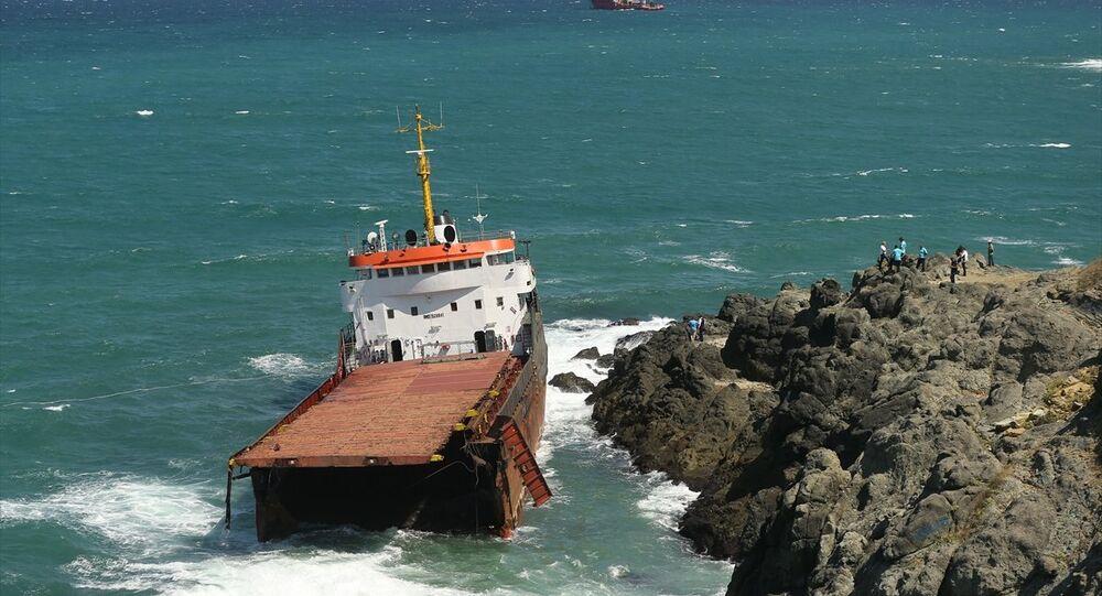 Sarıyer'de yük gemisi ikiye bölündü