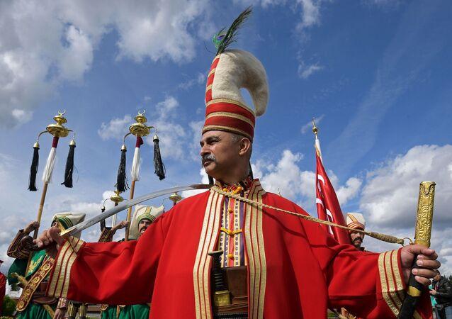 Türk Silahlı Kuvvetleri (TSK) Mehter takımı bestecisi Spasskaya Kulesi Festivali'ne katılanların geçidinde (Poklonnaya Gora, Moskova).