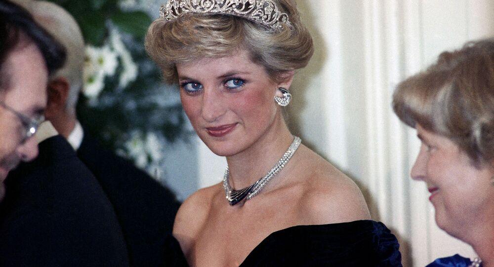 Prenses Diana, Bonn'da Batı Almanya Cumhurbaşkanı Richard von Weizsacker tarafından Britanya kraliyet ailesinin şerefine verilen akşam şöleninde. 1987.