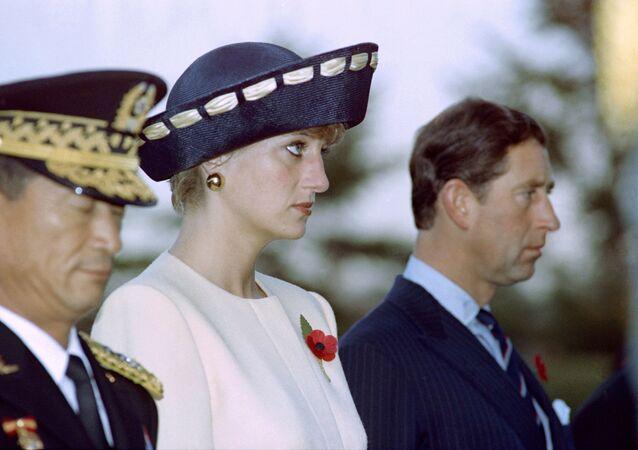 Prenses Diana, eşi Galler Prensi Charles ile birlikte Güney Kore başkenti Seul'deki Ulusal Mezarlığı Meçhul Askerler Anıtı'nı ziyaret ederken. 1992.
