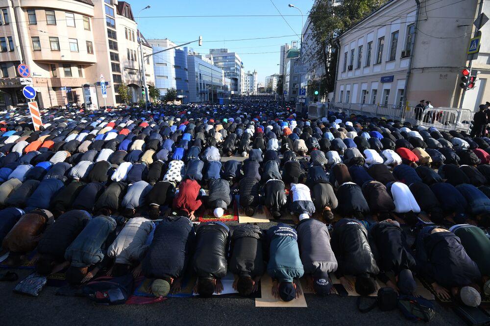 Moskova Ulu Camii yanında Kurban Bayramı'nda namaz kılanlar.
