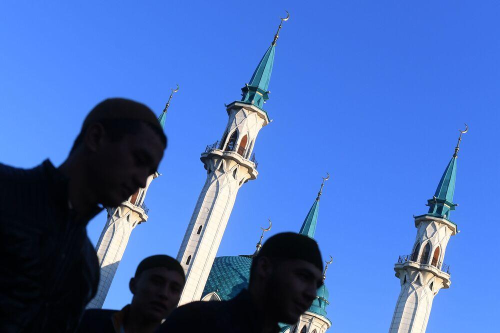 Kazan'in Kul Şerif Camii yanında Kurban Bayramı'nda namaz kılanlar.