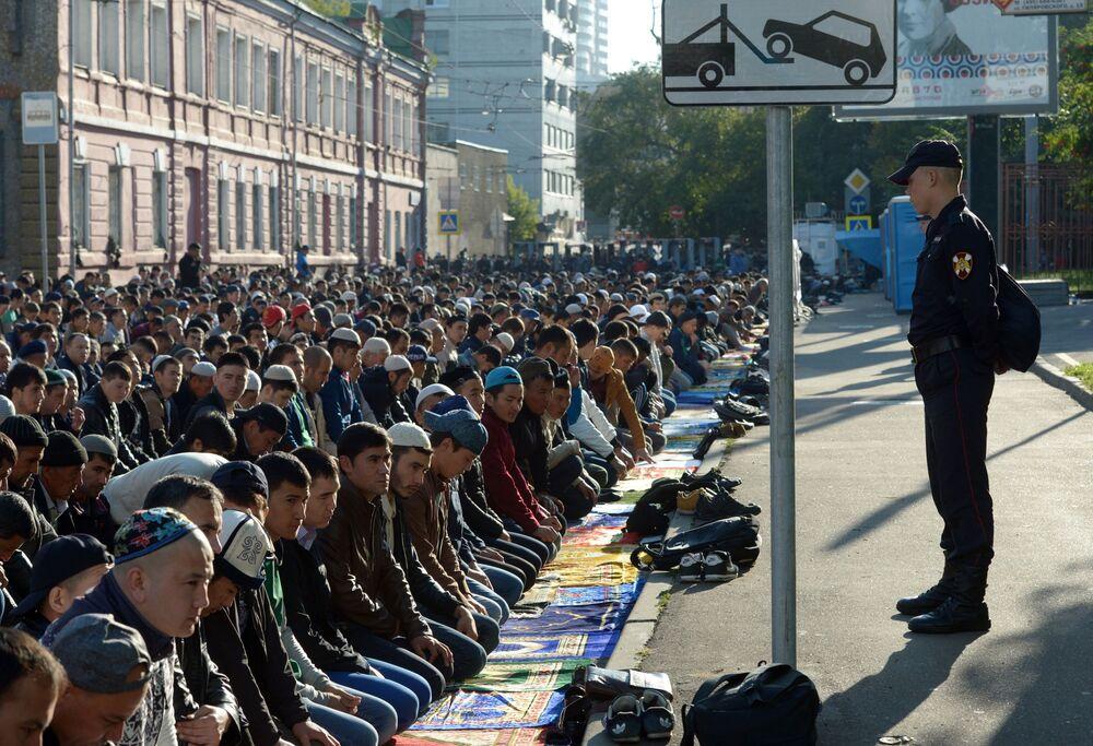 Moskova Ulu Camii'ne Kurban Bayramı namazı için gelenler.