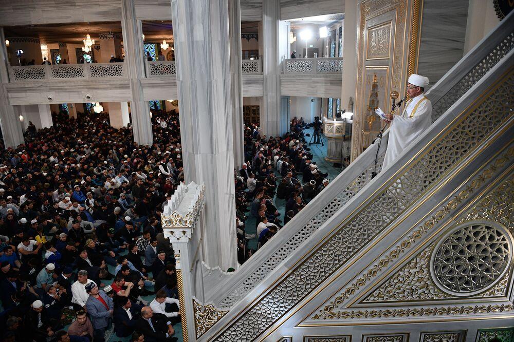 Rusya Müftüler Konseyi Başkanı Ravil Gaynuddin (sağda) Moskova Ulu Camii'nde.