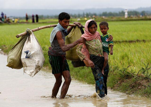 Bangladeş-Myanmar sınırını geçmeye çalışan Arakanlı sığınmacılar
