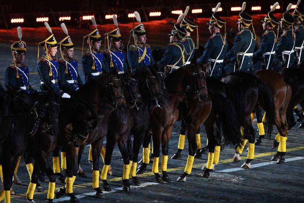 Devlet Başkanı (Prezidentski) Alayı'nın atlı kıtaları 10. Spasskaya Kulesi Festivali'nin kapanış töreninde, Moskova.