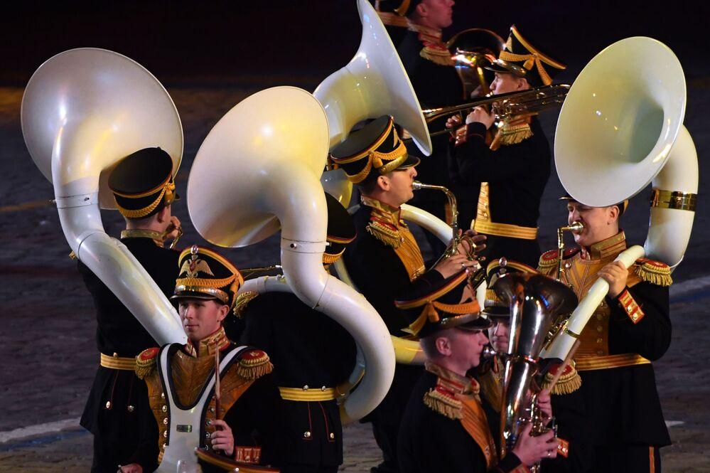 Rusya Federasyonu Savunma Bakanlığı Merkezi Askeri Orkestrası müzisyenleri 10. Spasskaya Kulesi Festivali'nin kapanış töreninde, Moskova.