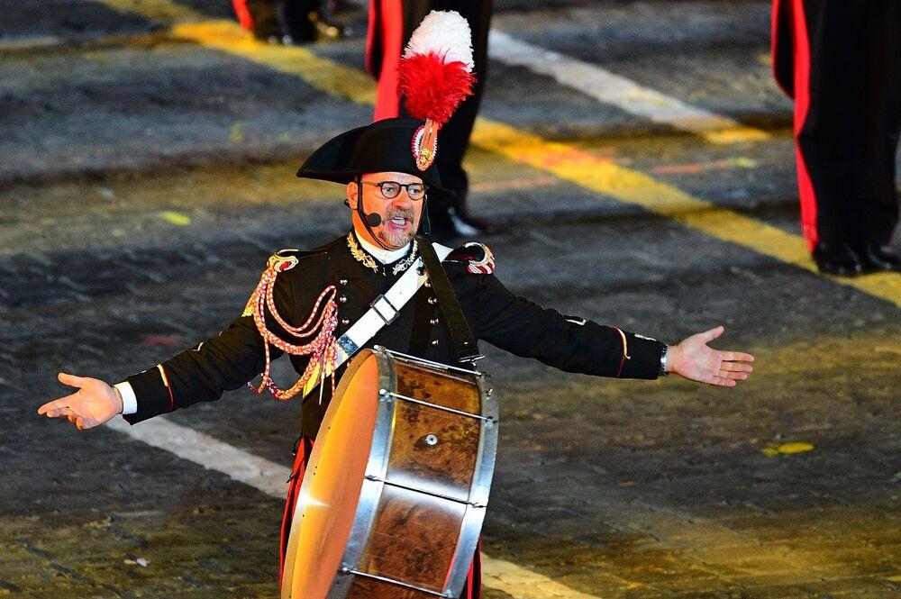 İtalya'nın Arma dei Carabinieri Orkestrası müzisyeni 10. Spasskaya Kulesi Festivali'nin kapanış töreninde, Moskova.