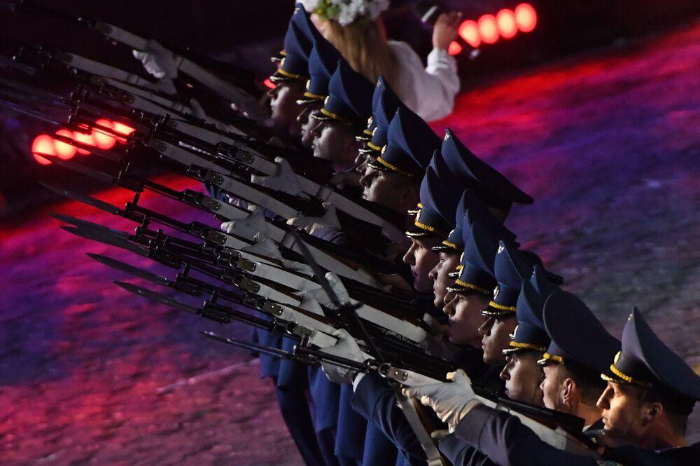Belarus Silahlı Kuvvetleri Şeref Kıtası'nın Orkestrası ve Bolüğü 10. Spasskaya Kulesi Festivali'nin kapanış töreninde, Moskova.
