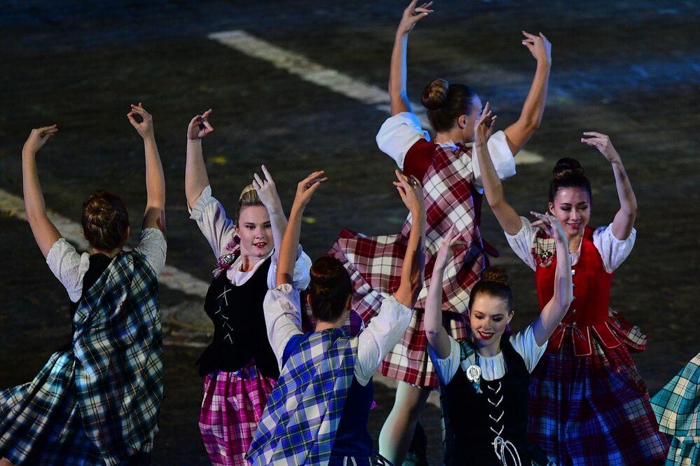 Uluslararası İskoç dans takımı üyeleri 10. Spasskaya Kulesi Festivali'nin kapanış töreninde, Moskova.