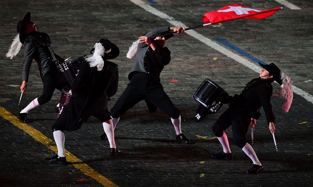 Top Secret Drum Corps takımından davulcuları 10. Spasskaya Kulesi Festivali'nin kapanış töreninde, Moskova.