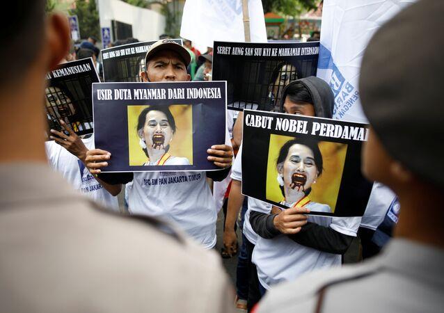 Birleşmiş Milletler (BM) Myanmar'ın Arakan bölgesinde yaşanan şiddet olayları nedeniyle 25 Ağustos'tan beri Bangladeş'e kaçan Arakanlı Müslüman sayısının 123 bin olduğunu açıklarken, Arakanlı Müslümanlar'a yönelik muameleye sessiz kalmakla eleştirilen Myanmar Dışişleri Bakanı ve Devlet Başkanlığı'ndan Sorumlu Devlet Bakanı Suu Kyi'ye yönelik tepkiler artıyor. Bu tepkilere Nobel Barış Ödüllü Pakistanlı eğitim aktivisti Malala Yusufzay da katıldı.