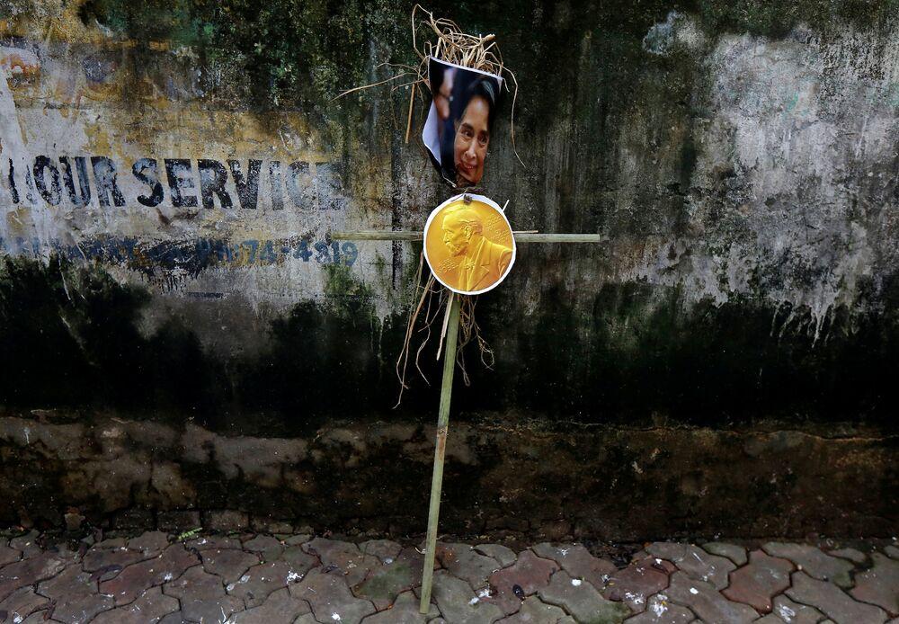 İslami Eğitim, Bilim ve Kültürel Organizasyonu (ISESCO) ise  Suu Kyi'nin barış ödülünün geri alınmasını talep etti.  Merkezi Fas'ın başkenti Rabat'ta bulunan ISESCO tarafından yapılan yazılı açıklamada, Nobel Barış Ödülü komitesinden, 1991 yılında barış ödülüne layık görülen Kyi'nin ülkesinde yaşanan insanlık suçuna karşı gösterdiği tutumdan ötürü ödülünün geri alınması talep edildi.