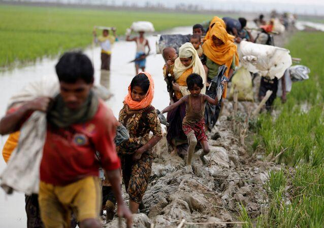 Myanmar ordusu, sivil ölümleri ve evlerin yakılmasından Arakanlı Müslüman militanları sorumlu tutarken, bölgedeki insan hakları aktivistleri Bangledeş'e ulaşan sivillerin kendilerine ordunun saldırdığını söylediğini aktarıyor. Bangladeşli yetkililer ayrıca iki ülke arasındaki Naf Nehri'nden ve denizden 53 Arakanlı'nın cesedini çıkardıklarını, sınırı geçmek isterken boğulmuş olanların sayısının daha yüksek olabileceğinden şüphelendiklerini açıkladı.