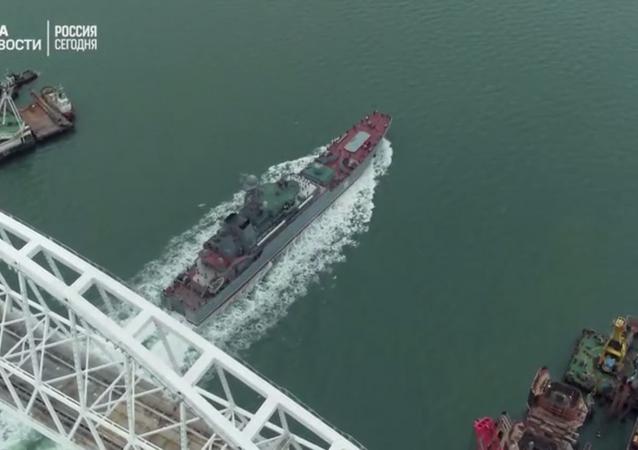 Rus Deniz Kuvvetleri'nin indirme gemisi Kırım Köprüsü'nün altından böyle geçti