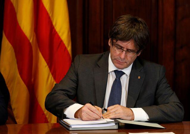 Katalonya özerk yönetimi Başkanı Carles Puigdemont bağımsızlık referandumu yapılması kararını imzaladı