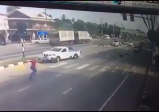 Örümcek adam, arabanın çarptığı motosikletçiyi kurtardı