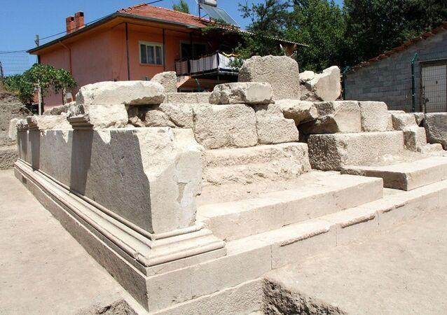 Burdur'da depo olarak kullanılan tarihi anıt mezar