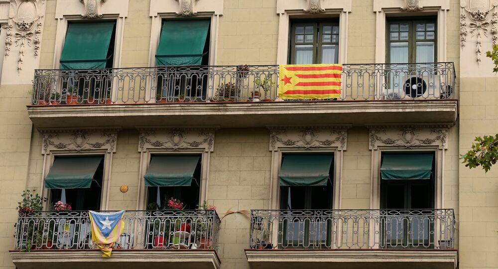 Katalonya'nın başkenti Barcelona'daki bir evin balkonunda asılan Katalan bayrağı