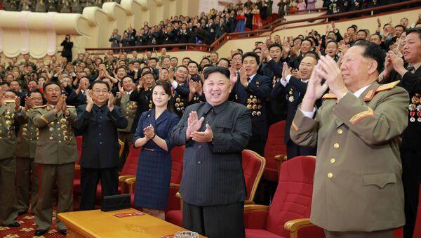 Kuzey Kore lideri Kim Jong Un, 3 Eylül'deki hidrojen bombası denemesine katkı yapan nükleer bilimciler ve mühendisler için yapılan kutlamaya katıldı - Sputnik Türkiye
