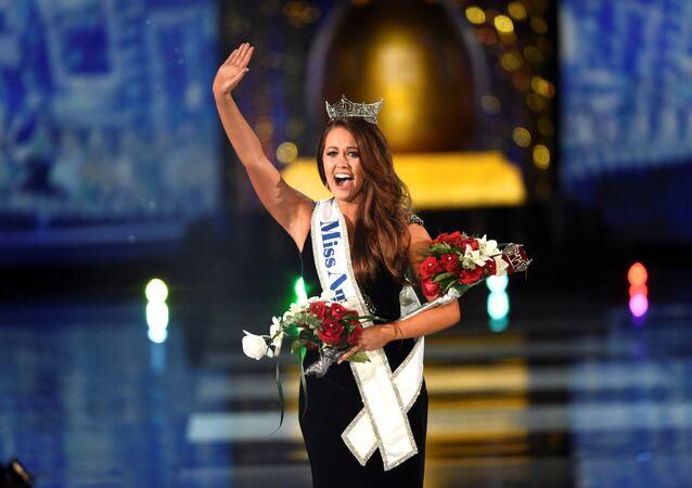 97.si düzenlenen Miss America'da tacı kazanan Kuzey Dakotalı Cara Mund oldu.