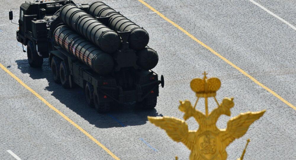 An S-400 Triumph / SA-21 Growler medium-range and long-range surface-to-air missile system