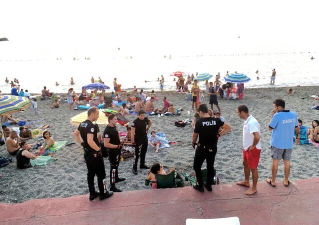 Plajda bira içen kadınlara gözaltı