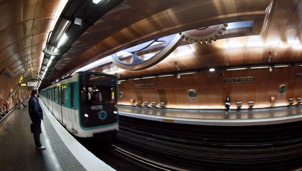 A picture taken on November 28, 2012 of a train arriving at the Arts et Métiers metro station in Paris - Sputnik Türkiye
