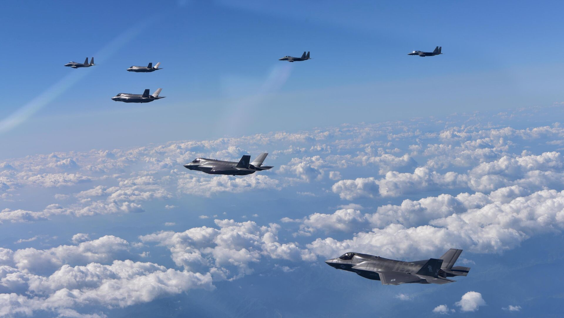 ABD'ye ait F35-B ve Güney Kore'ye ait F-15K savaş uçakları  - Sputnik Türkiye, 1920, 20.04.2021