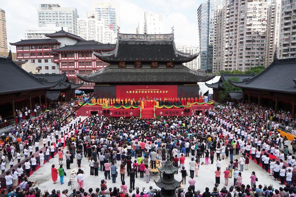 Şanghaylı yetkililer tapınağın bahçesinin küçük olması nedeniyle yaşanabilecek izdiham ve yakılan tütsülerin yangın çıkarma tehlikelerine karşı çareyi tapınağın ana salonunu 30 metre kaydırmakta buldu.